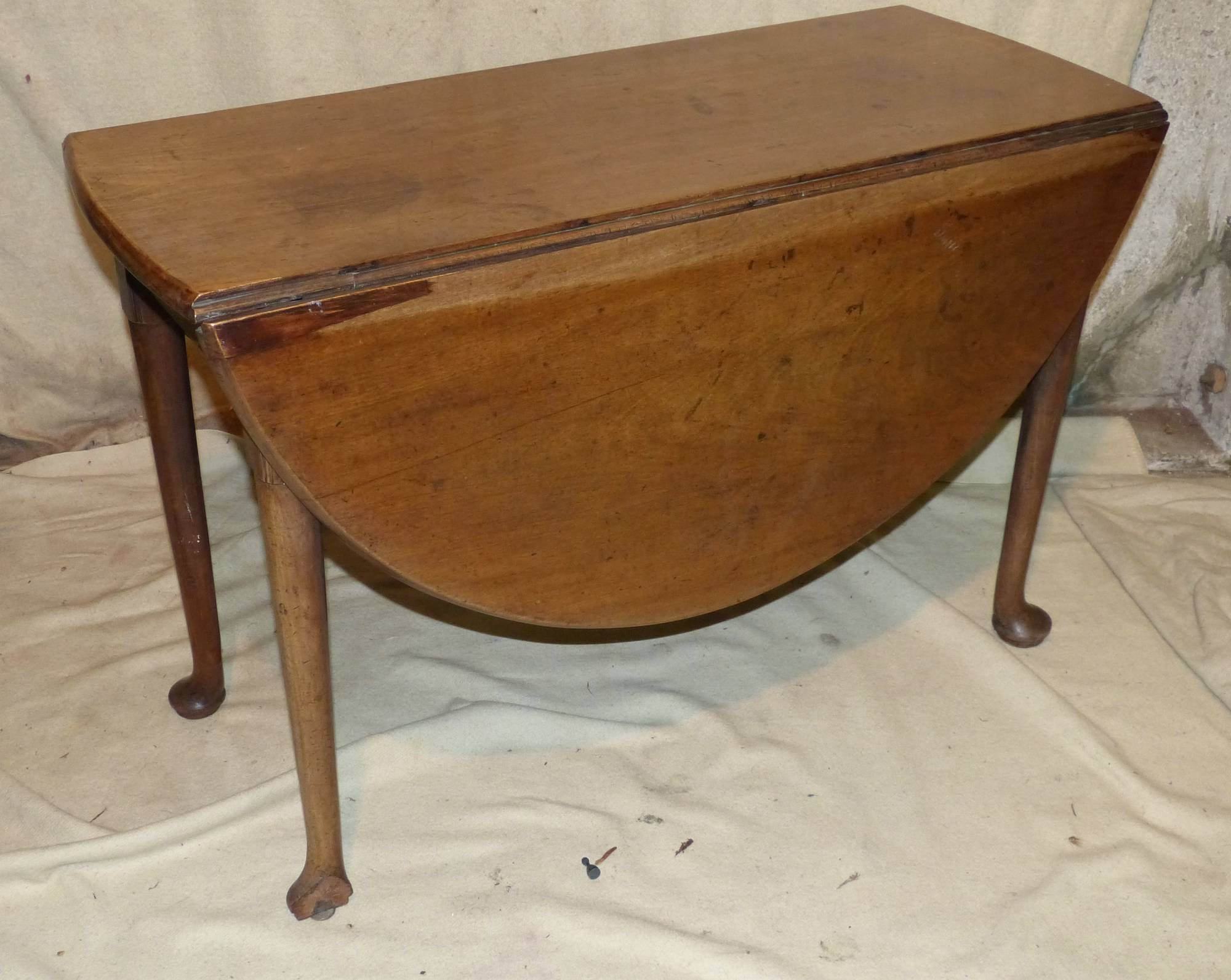 A george iii mahogany oval drop leaf dining table on round for Round drop leaf dining table